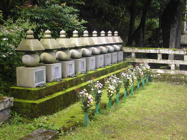 二本松少年隊墓前祭(大隣寺)少年隊供養塔.jpg